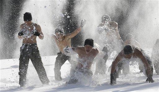 दक्षिण कोरियात वारफेयर बलोसाठी अर्ध नग्न अधिकारी याणि  सर्दिचा अभ्यास करण्यासाठी बर्फाचा वापर करताना