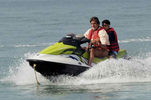 अमिताभ  बच्चन यांने गोव्यात समुद्र स्पीडबोटीचा आनंद लुटताना