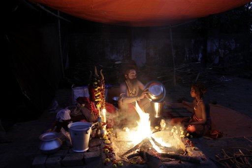 कोलकातामध्ये एका उत्साहाच्या निमित्ताने भोजन तयार करताना यात्री