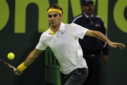 एटीपी ओपन टेनिस टुर्नामेंटच्यावेळी रॉडर फेडरर एक फटका मारताना