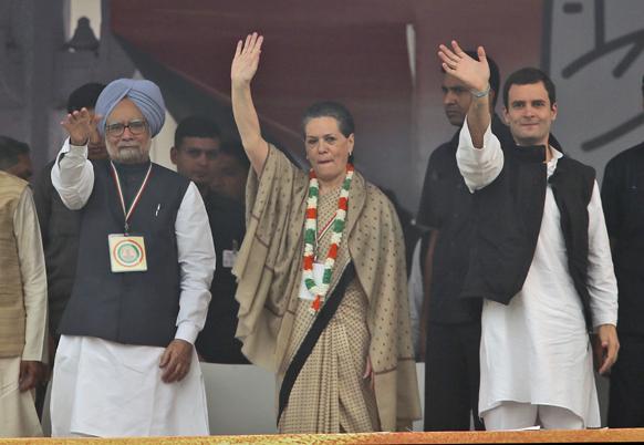 काँग्रेस मेळाव्याच्यावेळी कार्यकर्त्यांना आणि उपस्थित जनसमुदायाला हात दाखविताना पंतप्रधान मनमोहन सिगं, सोनिया गांधी आणि राहुल