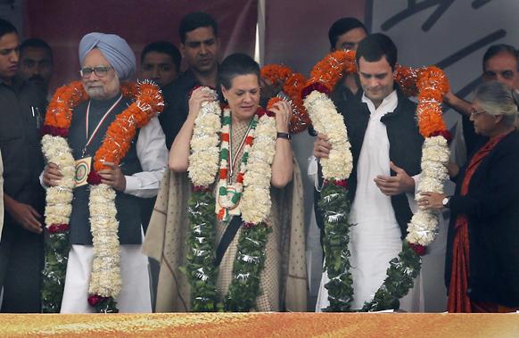 पंतप्रधान मनमोहन सिंग, सोनिया गांधी, राहुल गांधी यांचे पुष्पहार घालून स्वागत करण्यात आले.