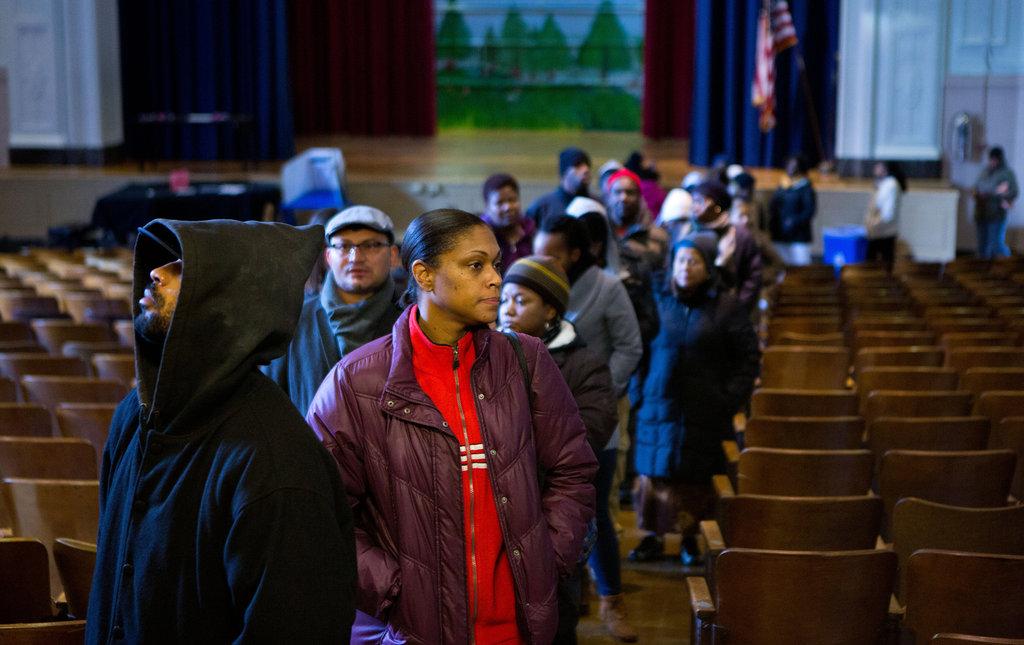 अमेरिका निवडणुकीसाठी एका शाळेत मतदानासाठी जमलेले नागरिक