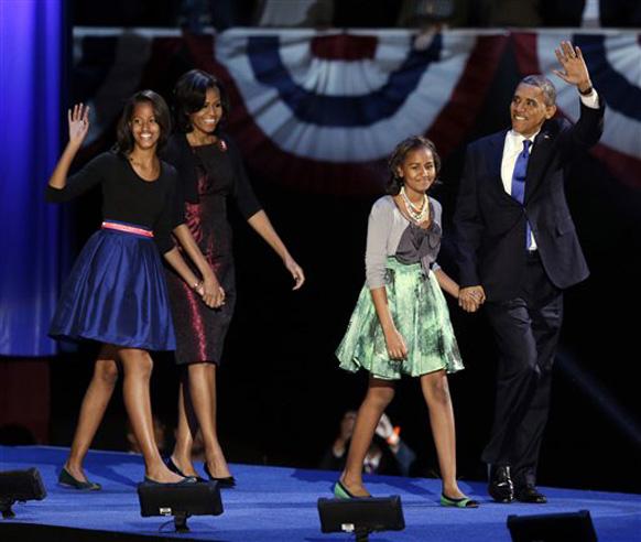 आपल्या लाडक्या मुलींसह बराक ओबामा अभिवादन करताना