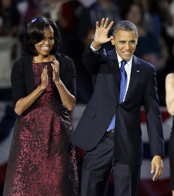 अमेरिकेचे नवे अध्यक्ष बराक ओबामा आणि अमेरिकेच्या फर्स्ट लेडी मिशेल ओबामा जनतेला अभिवादन करताना