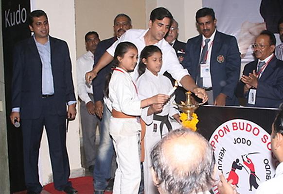 'अक्षय कुमार कुडो चॅम्पियनशीप' च्या चौथ्या सत्रात अक्षय कुमार मुलांना धडे देताना...