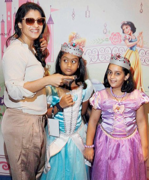 'डिस्ने प्रिन्सेस अकॅडमी'नं आयोजित केलेल्या एका कार्यक्रमात काजोल आणि तिची मुलगी न्यासा...