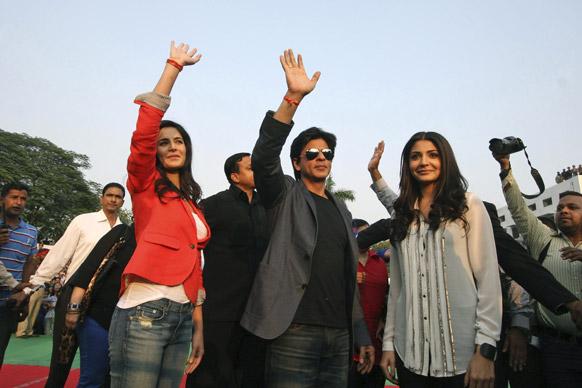 जालंधरमध्ये आपल्या आगामी 'जब तक है जान' या सिनेमाचं प्रमोशन करताना... कतरिना, शाहरुख आणि अनुष्का