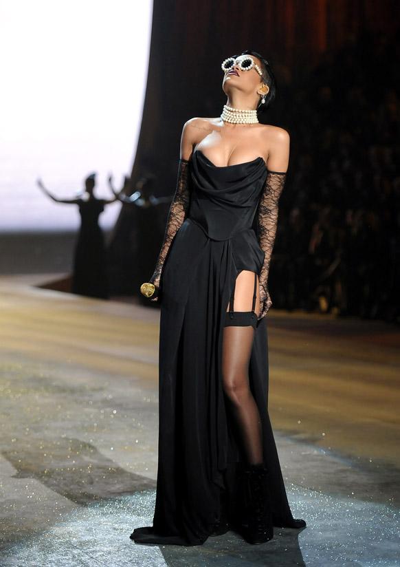 व्हिक्टोरिया फॅशन वीक गायिका रेहाना...