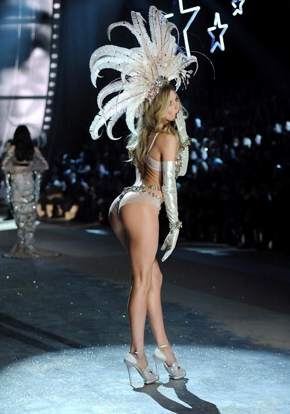 व्हिक्टोरिया फॅशन वीकमध्ये रॅम्पवॉक करताना मॉडेल