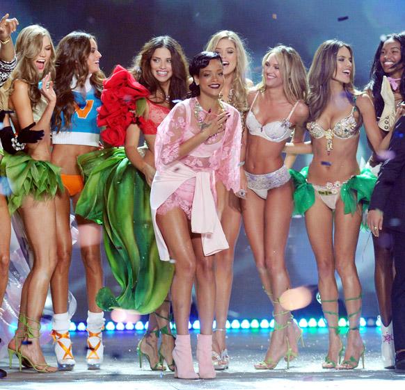 व्हिक्टोरिया फॅशन वीकमध्ये रॅम्पवॉक करताना मॉडेल आणि गायिका रेहाना