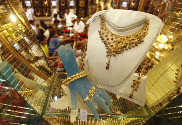 दिवाळीच्या शुभ मुहूर्तावर सोन्याच्या खरेदीला प्राधान्य दिले जाते. त्यासाठी सोने बाजाराला छळाली आलीय