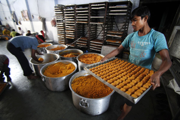दीपावलीच्या सणामध्ये मिठाई खाण्याला प्राधान्य दिले जाते. लाडू तयार करताना