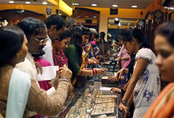 धनत्रयोदशी आणि दिवाळीनिमित्ताने सोने खरेदीसाठी ग्राहकांची गर्दी