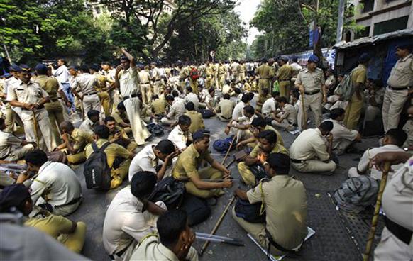 मुंबईतील कलानगर (वांद्रे) येथील मातोश्रीसमोर पोलीस पाहारा