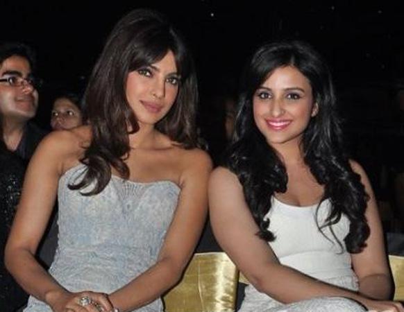 पीपल्स चॉईस अॅवॉर्ड २०१२ - दोन्ही बहिणी... प्रियांका चोप्रा आणि परिणीता चोप्रा