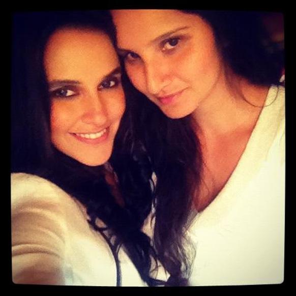नेहा धुपिया आपली मैत्रिण सानिया मिर्झाबरोबर