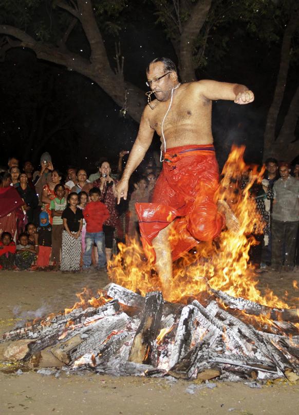 अहमदाबाद येथील शबरीमला येथे आगीवर चालताना एक भक्त