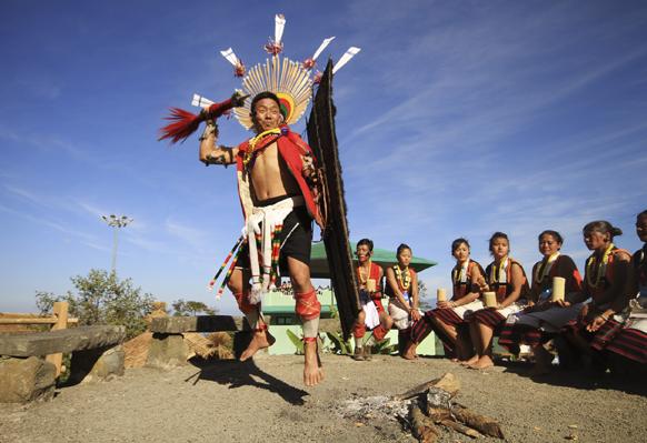 नागालँडच्या होर्नोबिल उत्सवात नृत्य करताना एक कलाकार