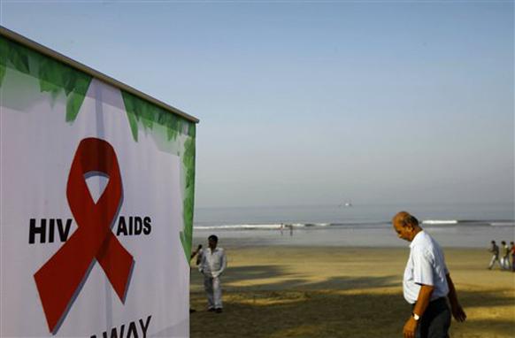 जागतिक एड्स दिनानिमित्ताने मुंबईत जनजागृती करण्यात आली. यानिमित्ताने मुंबईतील समुद्र किनारी लावण्यात आलेला फलक.