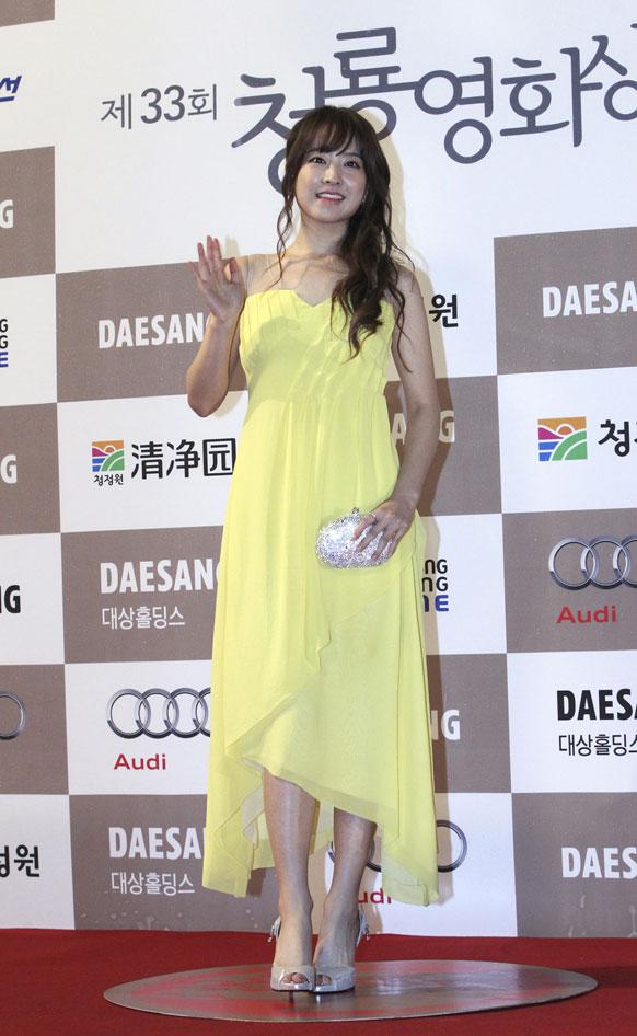 सेऊलमध्ये ब्लू ड्रॅगन पुरस्कार सोहळ्यात दक्षिण कोरियन अभिनेत्री पार्क बो यंग।