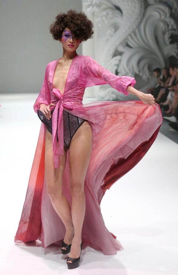 सिंगापुर फॅशन शो मध्ये फ्रेंच डिझाइनर जूनियन फोर्नीचे कलेक्शन सादर करताना मॉडल