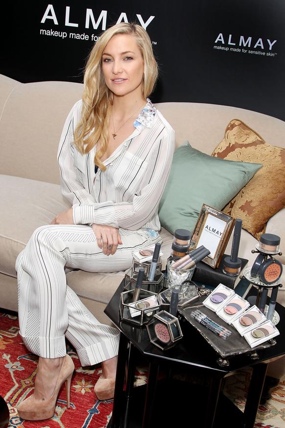 न्यू यॉर्कमध्ये मेकअप किटचे लॉन्चिंग करताना अभिनेत्री अल्मे