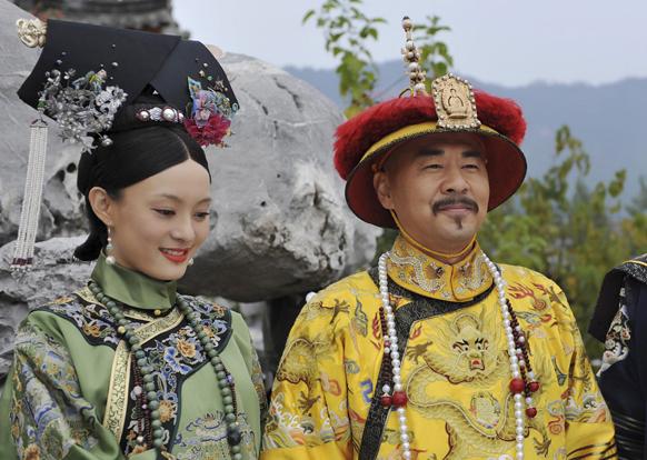 चीनमधील एका मालिकेच्या शुटिंग दरम्यान चीनची अभिनेत्री सुन ली आणि अभिनेता चेन जियान.