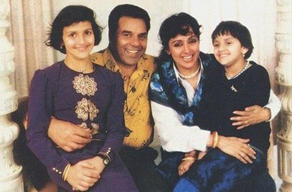धर्मेंद्र आपली द्वितीय पत्नी अभिनेत्री हेमा मालिनी आणि मुली इशा आणि आहना सोबत