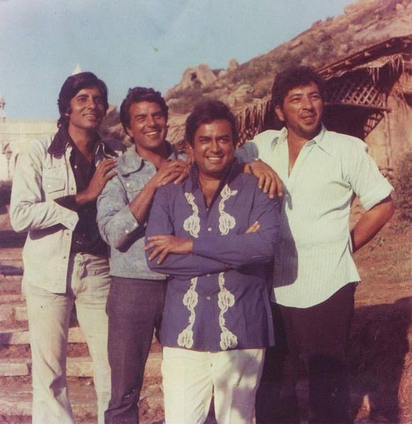शोले सिनेमाच्या सेटवर अमिताभ बच्चन, संजीव कुमार आणि अमजद खान यांच्यासोबत धर्मेंद्र