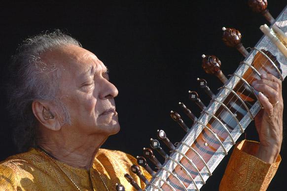 संगीत समाधीमध्ये मग्न पं. रवी शंकर