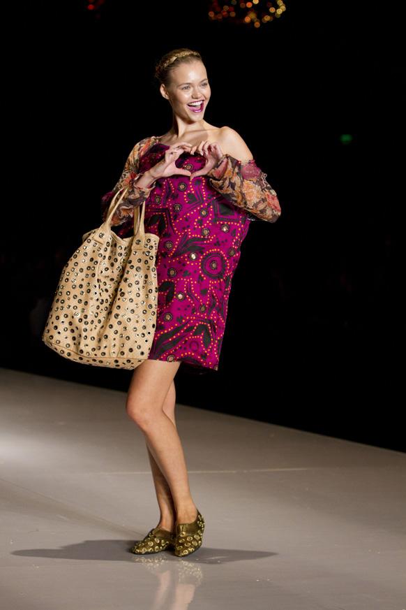 एका फॅशन शोमध्ये सहभागी मॉडेल