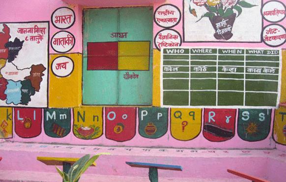 महाराष्ट्रातील जालना जिल्हा. शिक्षणाच्या अंधारातून बाहेर काढण्यासाठी एका शिक्षक अवलियाने शिक्षणासाठी स्वखर्चाने गुलाबी रंगाचं खेडं बनवलं.