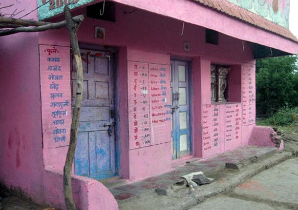 महाराष्ट्रातील जालना जिल्हा. शिक्षणाच्या अंधारातून बाहेर काढण्यासाठी प्रफुल्ल सोनवणे या शिक्षक अवलियाने शिक्षणासाठी स्वखर्चाने गुलाबी रंगाचं खेडं बनवलं.