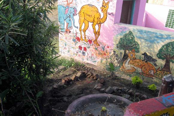 प्रफुल्ल सोनवणे यांनी शिक्षणासाठी गुलाबी रंगाचं खेडं उभं केलं. भिंतीवर विविध प्राणी साकारून त्यांची माहिती दिली.