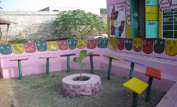 प्रफुल्ल सोनवणे यांनी शिक्षणासाठी गुलाबी रंगाचं खेडं उभं केलं. त्याच्या माध्यमातून अशी माहिती दिली.