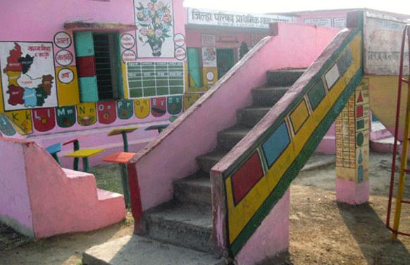 उपक्रमशील शिक्षक प्रफुल्ल सोनवणे यांनी गावाचा शैक्षणिक कायापालट करण्यासाठी रंगाचे खेडे हा उपक्रम हाती घेतला.