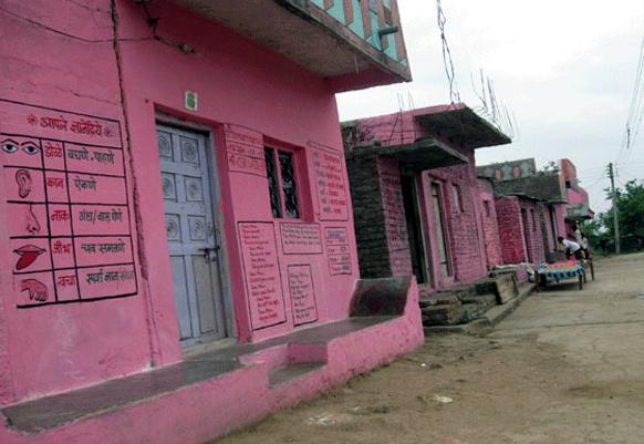 जालना जिल्ह्यातील गाव गणेशपूर. याच गावातील उपक्रमशील शिक्षक प्रफुल्ल सोनवणे यांनी स्वखर्चाने गुलाबी रंगाचं खेडं बनवलं. हे गुलाबी खेडं शिक्षणाचा केंद्र झालंय.