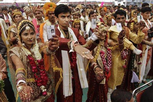 अहमदाबाद येथील सामुहीक विवाह सोहळ्यात मतदान ओळखपत्र दाखवत मतदानाचे आवाहन करणारे नवदाम्पत्य