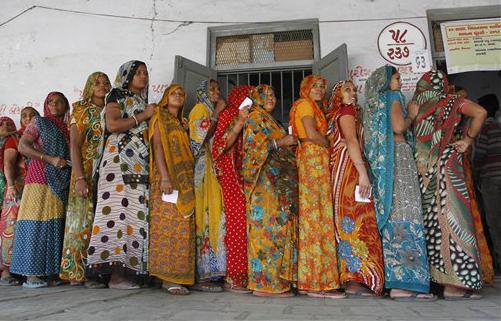 गुजरातमधील पहिल्या टप्प्याच्या मतदानावेळी बुथ बाहेर लागलेली महिलांची रांग