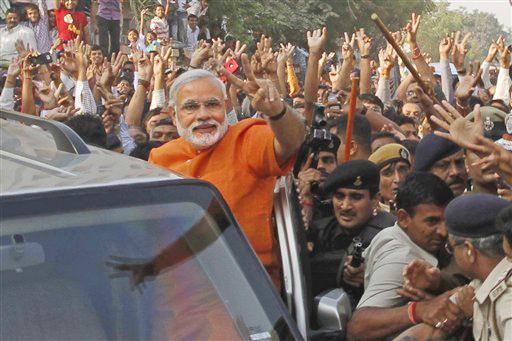 अहमदाबाद येथे मतदान केल्यानंतर विजयी मुद्रा करताना नरेंद्र मोदी