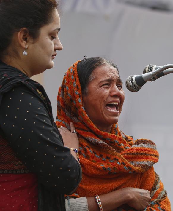 दिल्ली : बलात्कार पीडित एक महिला आपल्या अनुभवाचं कथन करताना अशरक्ष: कोसळली