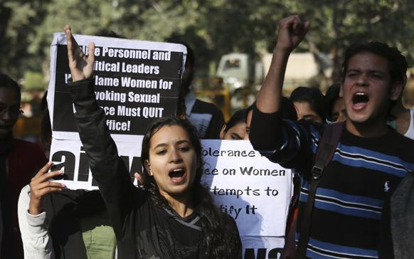 'दोषींना फासावर द्या...' दिल्लीमध्ये चालत्या बसमध्ये मुलीवर झालेल्या गँगरेपचा धिक्कार