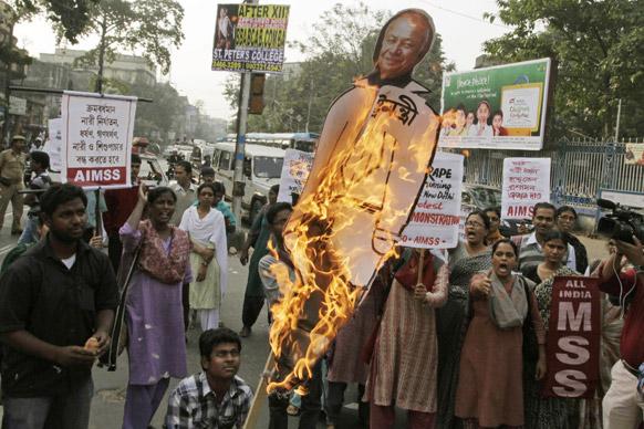 गृहमंत्र्यांचं पोस्टर फाडलं... दिल्लीमध्ये चालत्या बसमध्ये मुलीवर झालेल्या गँगरेपचा धिक्कार