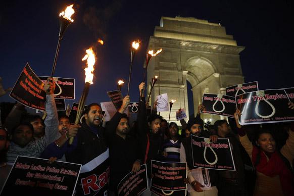'दोषींना फासावर द्या...' दिल्लीमध्ये चालत्या बसमध्ये मुलीवर झालेल्या गँगरेपचा धिक्कार...