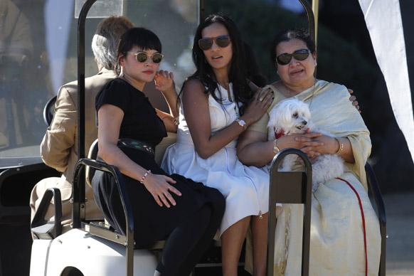 दिवंगत सतारवादक पंडित रविशंकर यांची पत्नी सुकन्या राजन,  मुलगी अनुष्का शंकर आणि नोराह जोन्स