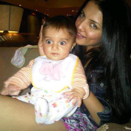 आपल्या जुडवा बाळांपैकी एका मुलासोबत... अभिनेत्री सेलिना जेटली