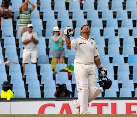 कसोटी सामन्यात ५० वे शतक साजरा केल्यानंतर देवाचे आभार मानता सचिन तेंडुलकर. दक्षिण आफ्रिकेविरुद्ध त्याने ही कामगिरी केली.