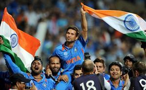 २०११ चा विश्वचषक जिंकल्यानंतर टीम इंडियाच्या सहकाऱ्यांनी मास्टर ब्लास्टरला असे खांद्यावर उचलले होते.
