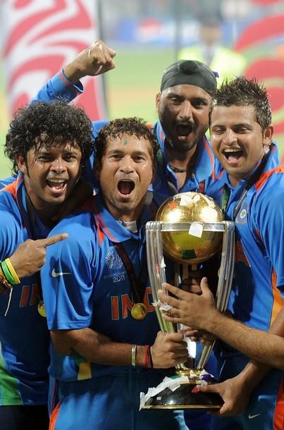 २०११ चा विश्वचषक जिंकल्यानंतर टीम इंडियाच्या सहकाऱ्यांसह जल्लोष करताना मास्टर ब्लास्टर सचिन तेंडुलकर